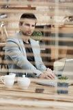Nadenkende zakenman die achter blind werken stock afbeeldingen