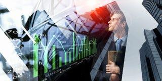 Nadenkende zakenman met agenda in handen vector illustratie