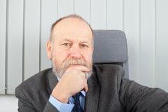 Nadenkende zakenman op het kantoor stock foto's