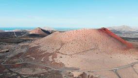 Naderbij komend in lucht aan grote krater op Lanzarote Eiland, de Canarische Eilanden stock videobeelden