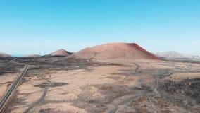 Naderbij komend in lucht aan grote krater op Lanzarote Eiland, de Canarische Eilanden stock video