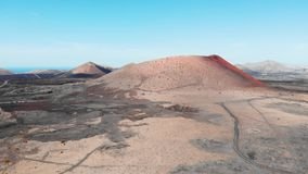 Naderbij komend in lucht aan grote krater op Lanzarote Eiland, de Canarische Eilanden stock footage