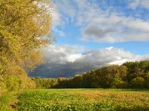 Naderbij komende koudefrontwolken met het plaatsen van zon Royalty-vrije Stock Foto