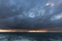 Naderbij komende Onweerswolken Stock Foto's