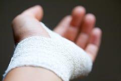 Nadgarstku bandażujący zakończenie bandażować Fotografia Stock