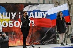 Nadia Tolokonnikova, y Masha Alekhina (alboroto del gatito) en la paz marzo en apoyo de Ucrania Imagen de archivo libre de regalías