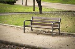 Nadie en un banco de parque Fotos de archivo libres de regalías