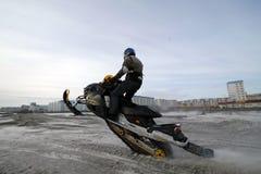 Nadim, Russland - 20. April 2008: Snoukross Vadim Vasuhin springen herein Lizenzfreie Stockfotografie