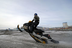 Nadim Ryssland - April 20, 2008: Snoukross Vadim Vasuhin hoppar in Royaltyfri Fotografi