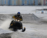 Nadim Ryssland - April 20, 2008: Snoukross Vadim Vasuhin hoppar in Arkivfoto