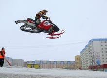 Nadim Ryssland - April 19, 2009 : Snoukross Vadim Vasuhin hoppar I Royaltyfri Fotografi