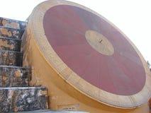 Nadivalaya - ett astronomiskt instrument på den forntida observatoriet, Jantar Mantar, Jaipur, Rajasthan, Indien royaltyfria bilder