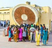 Nadivalya的扬特拉河游人在Jantar Mantar观测所在斋浦尔,印度 库存照片