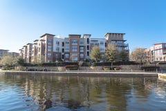 Nadjeziorny budynku mieszkaniowego kompleks z niebieskim niebem w Ameryka obraz royalty free