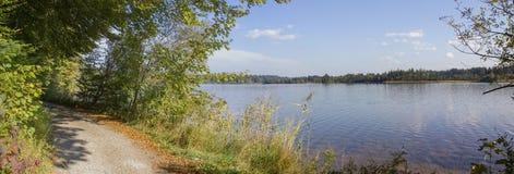Nadjeziorny przejście wokoło kirchsee, idylliczny naturalny krajobraz obrazy stock