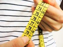 Nadmiernego brzucha pomiarów gruba talia po sprawności fizycznej Obrazy Stock
