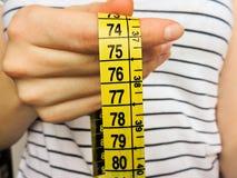Nadmiernego brzucha pomiarów gruba talia po sprawności fizycznej Obrazy Royalty Free