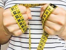 Nadmiernego brzucha pomiarów gruba talia po sprawności fizycznej Fotografia Royalty Free