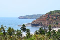 Nadmorski Arabski morze z wzgórzami i drzewkami palmowymi, Velaneshwar plaża, Ratnagiri, maharashtra, India - Naturalny tło obrazy royalty free