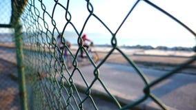 Nadmorski i ludzie za metalu ogrodzeniem