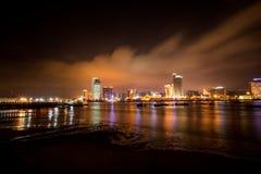 Nadmorski miasta horyzont przy nocą Obraz Royalty Free