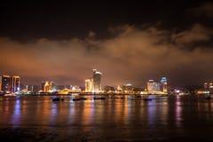 Nadmorski miasta horyzont przy nocą Obrazy Royalty Free
