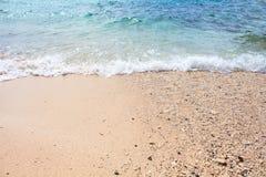 Nadmorski widok z piasek plażą i morze machamy Turkusowego błękita tropikalna denna laguna dla perfect wakacje Zdjęcia Royalty Free