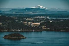 Nadmorski zmierzchu scena z halnym piekarzem na tle przy zmierzchu momentem, Victoria, Vancouver wyspa, bc, Canada obraz stock