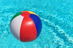 Nadmuchiwana zabawkarska piłka w wodzie zdjęcia stock