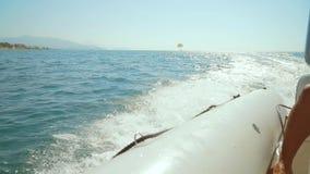 Nadmuchiwany łódkowaty żeglować z dużą prędkością nad morzem Widok od łodzi zbiory