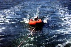Nadmuchiwany dinghy z outboard silnikiem przy drutem Fotografia Royalty Free