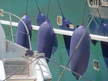 Nadmuchiwany statków fenders wieszać obraz stock