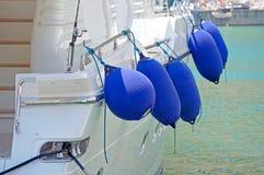 Nadmuchiwany statków fenders wieszać zdjęcia royalty free