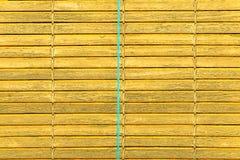Nadokienna żółta kolorowa stara drewniana żaluzja obraz stock