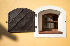 Nadokienna żaluzja w średniowiecznym europian domu zdjęcie royalty free