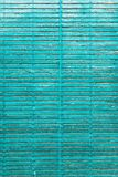 Nadokienna błękitna kolorowa stara drewniana żaluzja obraz stock