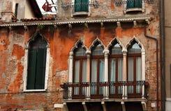 Nadokienna fasada z balkonem stary dom w Włochy Wenecja historyczny Zdjęcie Royalty Free