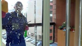 Nadokiennego cleaner fachowi mydła i squeegees okno czysty zdjęcie wideo