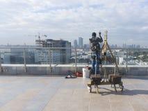 Nadokiennego cleaning pracownik z prac narzędziami i miasta tłem Zdjęcie Royalty Free
