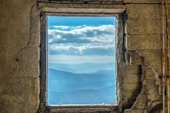Nadokiennego Scenicznego widoku górskiego dramatyczny niebo obrazy royalty free