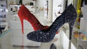 Nadokiennego zakupy mody luksusowi buty obraz royalty free