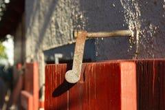 nadokienni żaluzja kędziorki i drzwiowe rękojeści fotografia stock