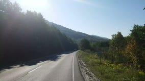 Nadokienny widok od samochodu, autobus, pociąg Podróżny słoneczny dzień Podróżuje piękne góry w jesieni zbiory wideo