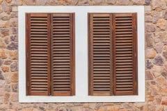 Nadokiennych Drewnianych żaluzj Kamienny tło Fotografia Stock