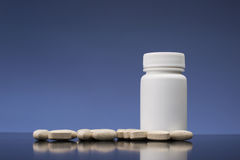 Nadprogramy, lekarstwa lub witaminy butelka, Fotografia Royalty Free
