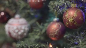 Nadruk die op Kerstmis en Nieuwjaardecoratie trekken Samenvatting Vage Bokeh-Vakantieachtergrond Knipperende Slinger stock video