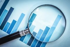 Nadruk op bedrijfs financiële grafiek royalty-vrije stock fotografie