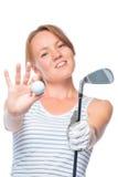 Nadruk op de bal en een golfclub in de handen van het charmeren van meisje Stock Afbeelding