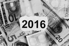 Nadruk op de woorden 2016 op stuk van gescheurd Witboek met USDdo Royalty-vrije Stock Foto's