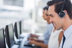 Nadruk op een glimlachende call centreagent Royalty-vrije Stock Afbeeldingen